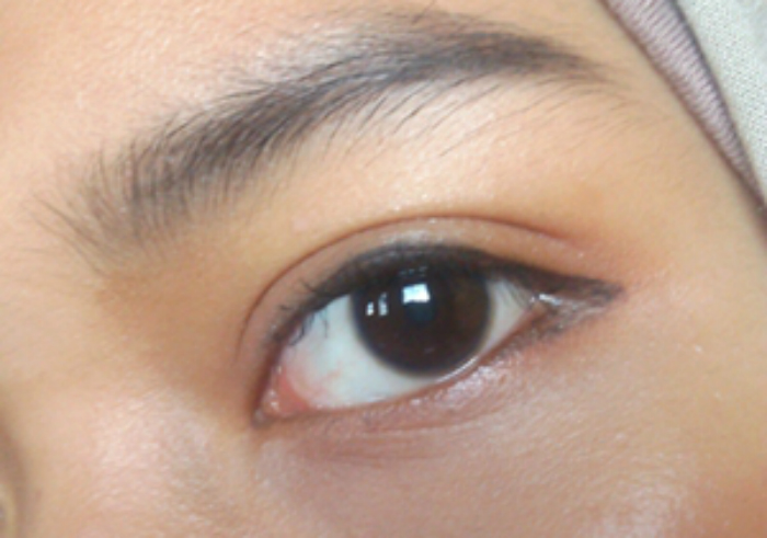 Review-wardah-eyeliner-staylast-gel-25